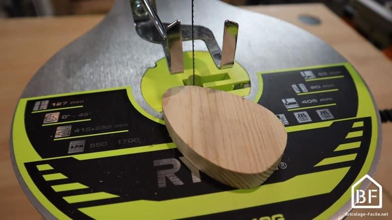 scie à chantourner avec une bloc de bois