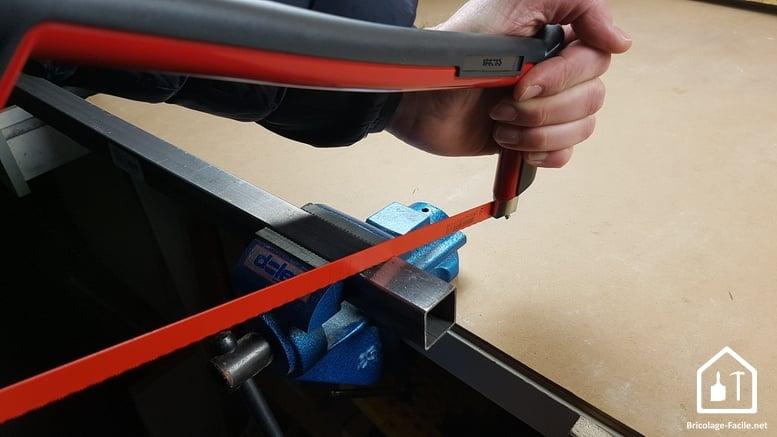 Scie à métaux FACOM - coupe d'une pièce de métal