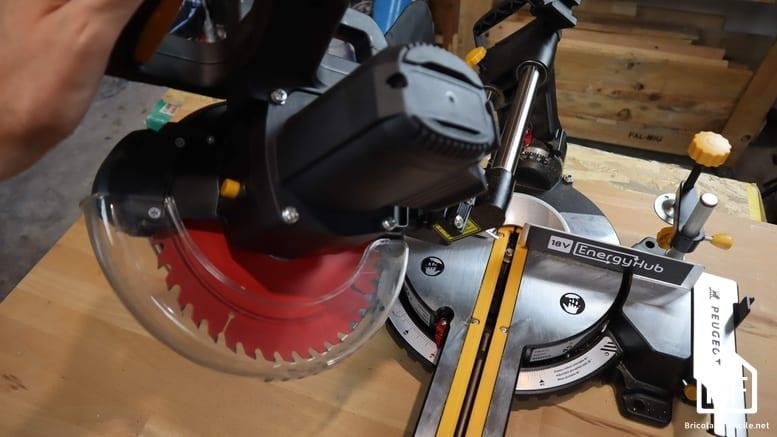 scie positionnée pour une coupe en biais