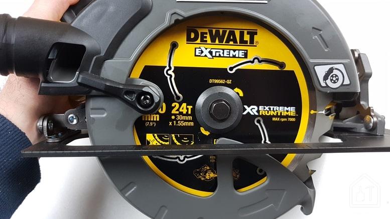 Scie circulaire 54V de DEWALT - capot