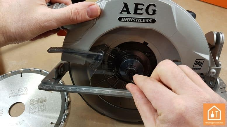 Scie circulaire sans fil BKS 18 BL de AEG - changement de lame