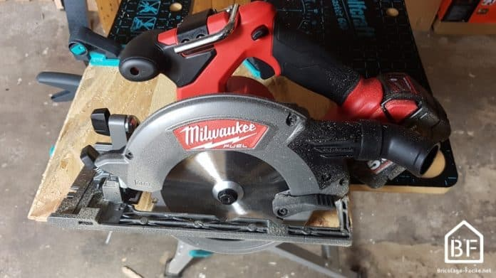 Scie circulaire Milwaukee 18V sur un établi