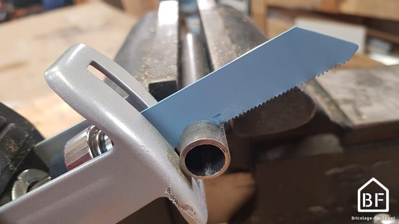 découpe d'un tuyau de métal