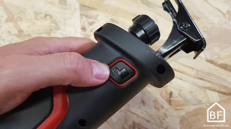 bouton de déblocage du sabot de la scie