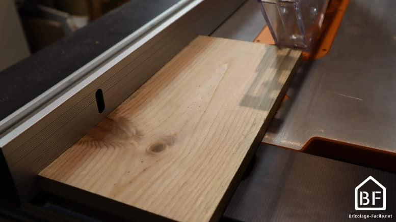 découpe d'une planche de bois à la scie sur table