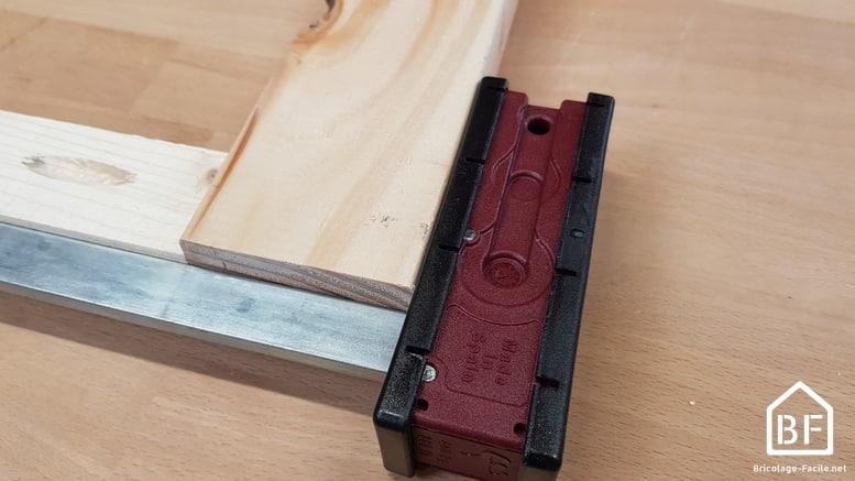 serre-joint dormant serrant deux pièces de bois