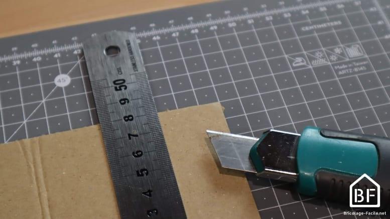 découpe d'un carton au cutter