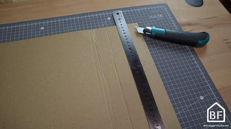 découpe de carton sur le tapis de découpe