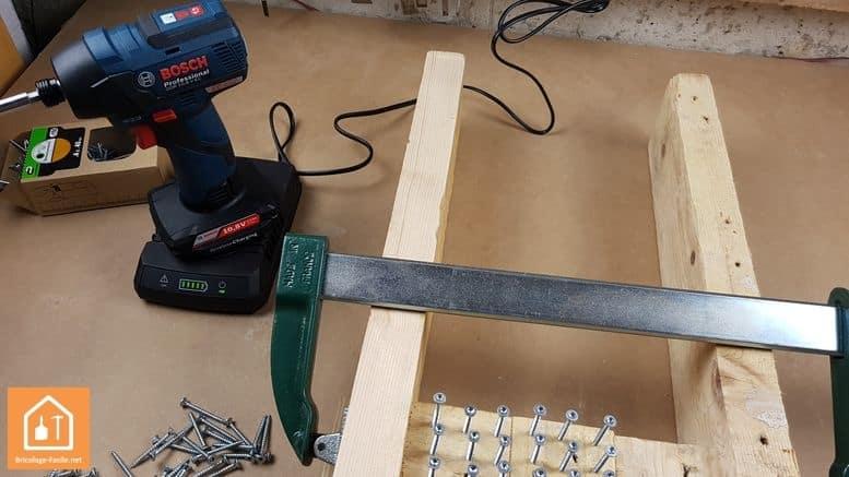 visseuse à chocs GDR 10,8 V-EC de Bosch Professional - visseuse sur sa plaque à induction